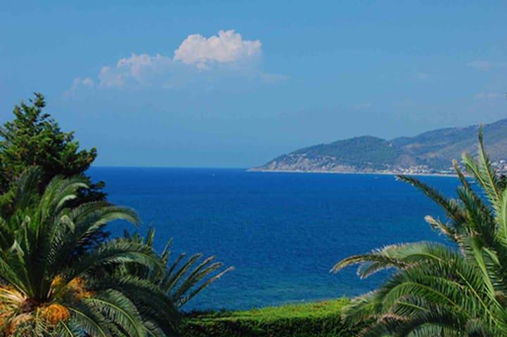 Villa Gioia con giardino e piscina sul mare