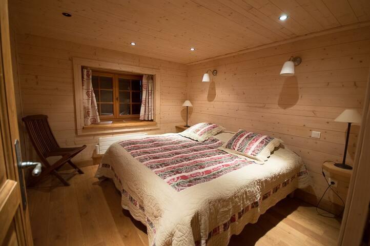 Au 1er étage, la seconde chambre avec un lit double ou deux lits simples