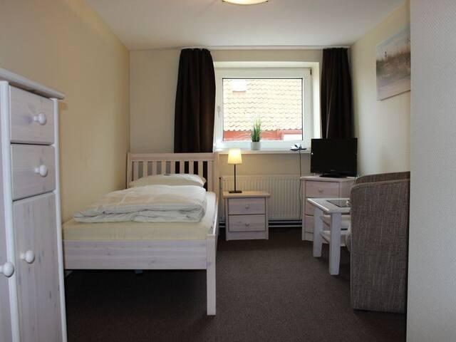 Einzelzimmer mit Bett 90x200