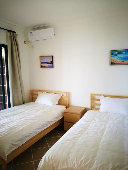 两张1.5米宽的单人床,有冷气