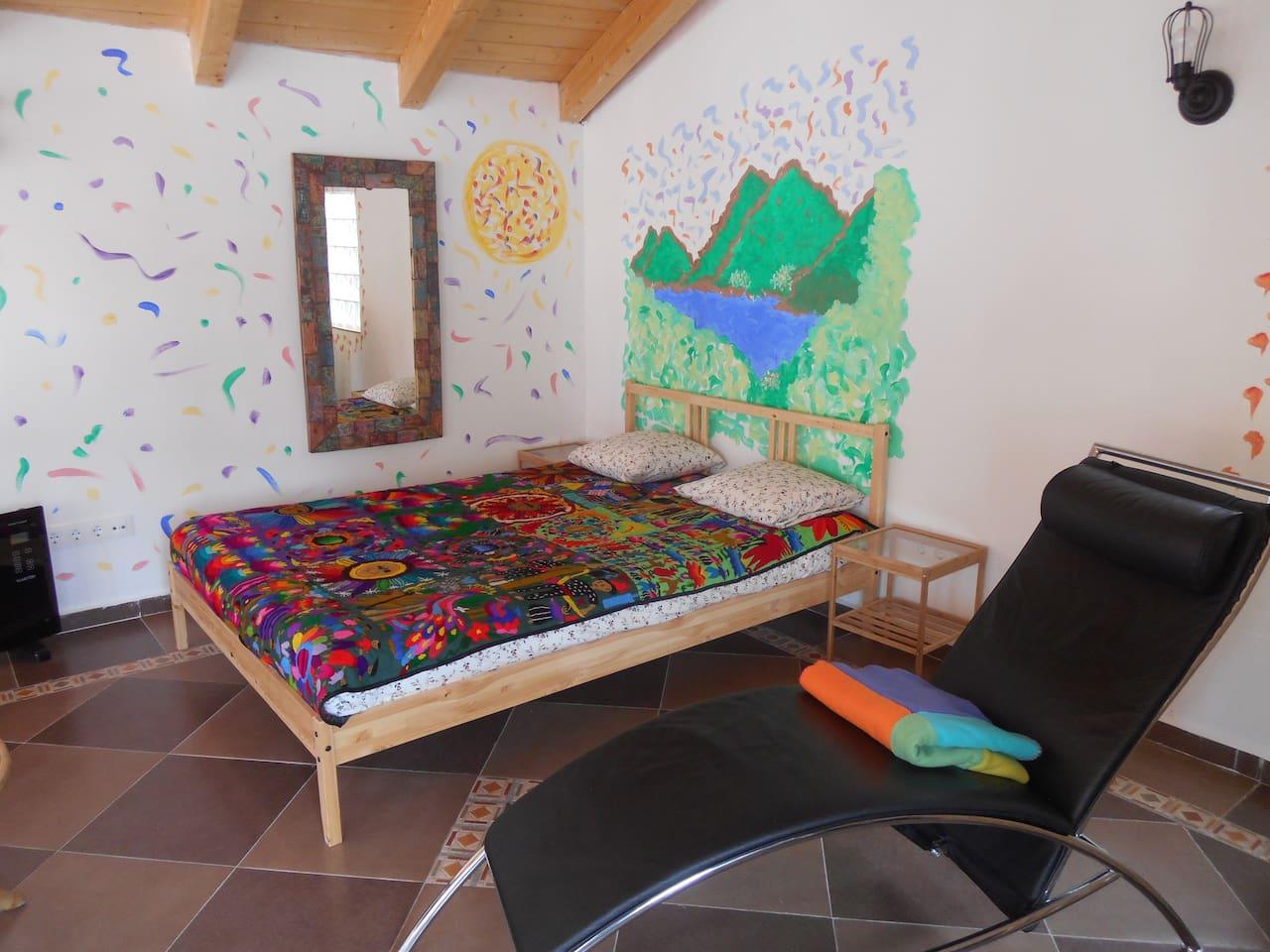 Estancia en planta superior. 20 m2, cama, cheslong individual, aseo, zona de lectura