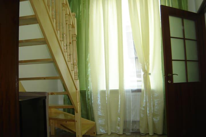 По этой лестнице поднимемся на 2 уровень