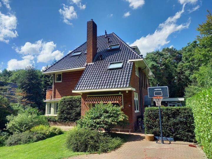 Vrijstaande familie villa direct aan bos gelegen!