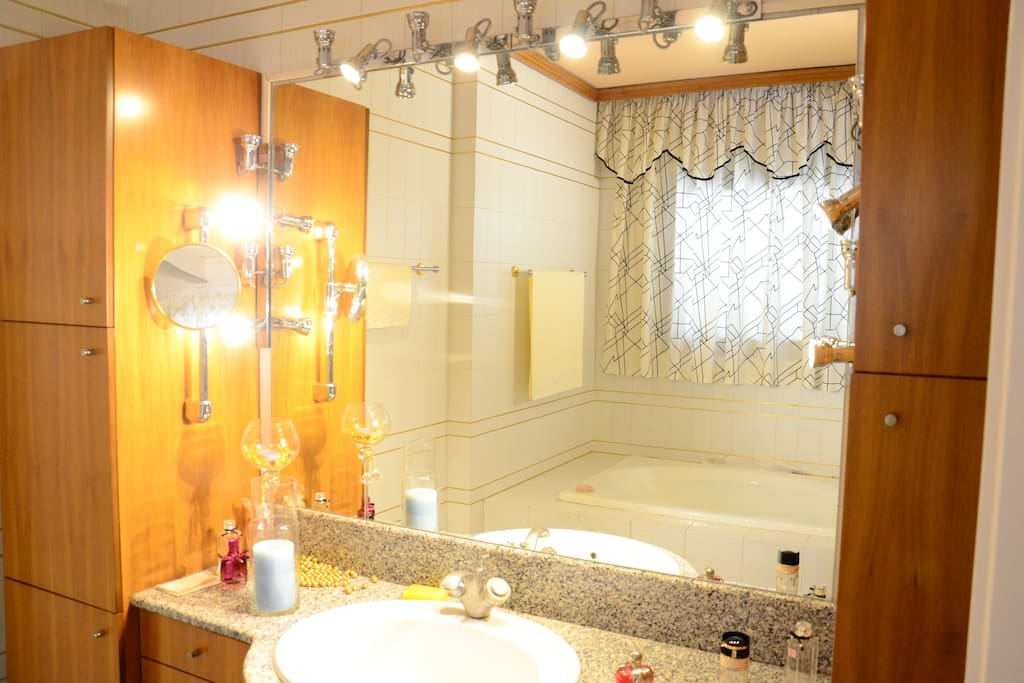 Big bathroom (with large round bathtub)