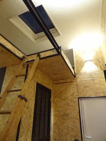 Mini chambre (entrée indépendante) sous les toits
