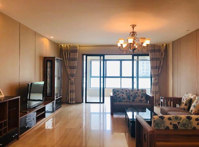 比邻澳门看前山河景色高级住宅红木家具品质生活4居室