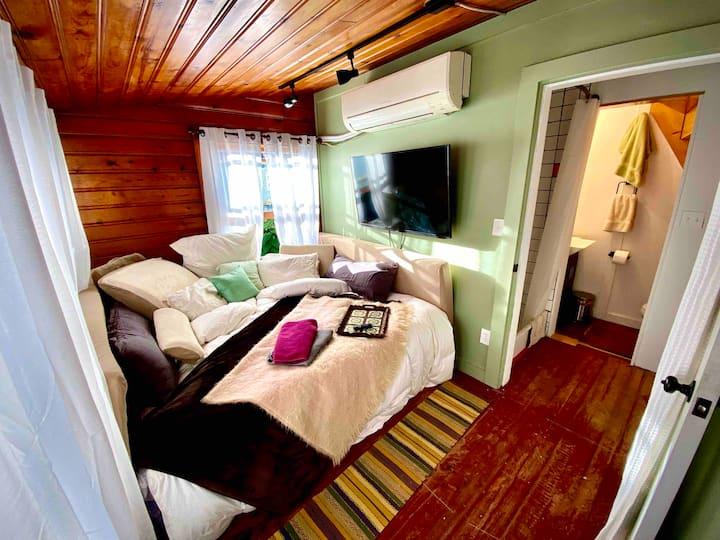 Sparrow Park Home Suite Home Tiny Porch Apartment!