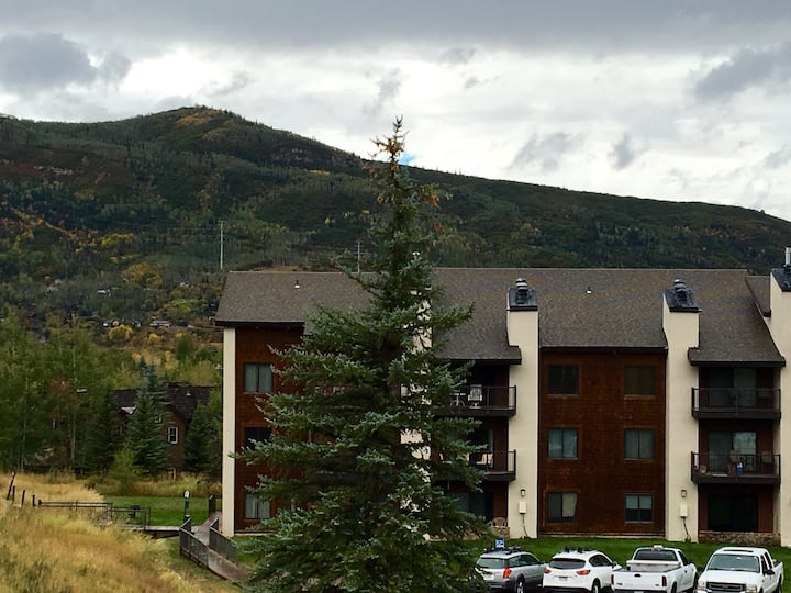Cozy Mountain Condo- 5 minute walk to ski mountain