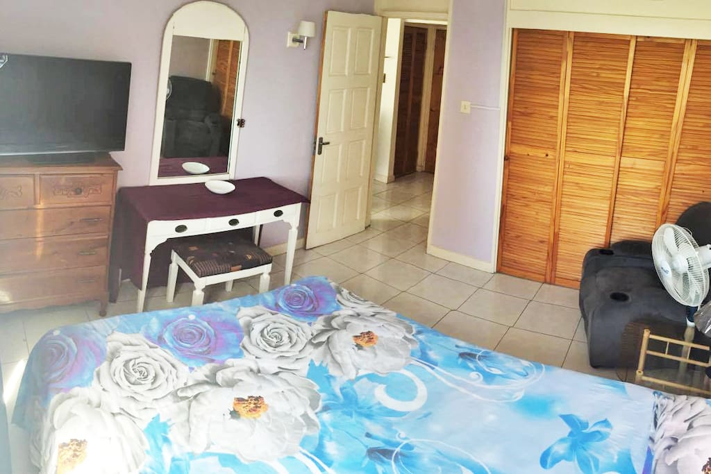 Comfortable, homely queen size bed, Flat Screen T.V. Channels, Pool & Beach View.