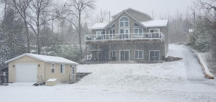 Gorgeous Upscale Waterfront 4 Season Cottage. NEW!