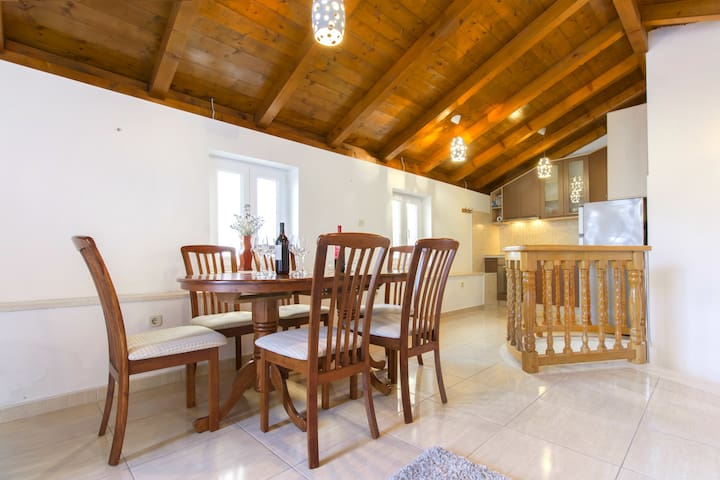 Authentic stone house apartment with terrace - Kaštel Novi - Departamento