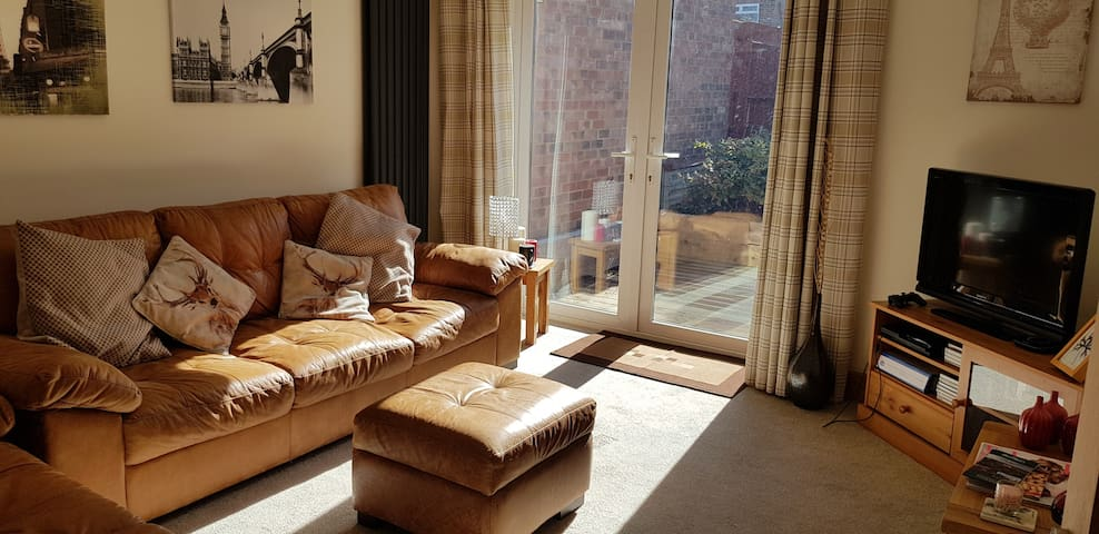 Cosy Spacious House in Northampton with Parking