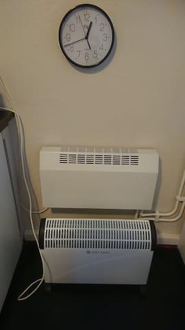 Värmekällor i Köket Vattenburen varmluftsfläkt och ett Elelement