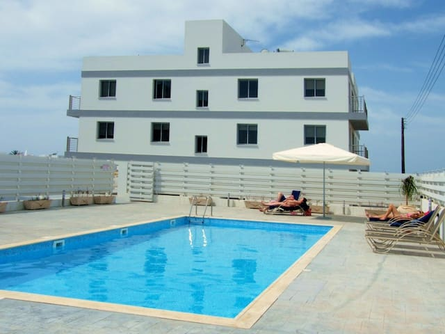 Sunset Gardens - 2 Bed Apartment: Sea-views & WIFI