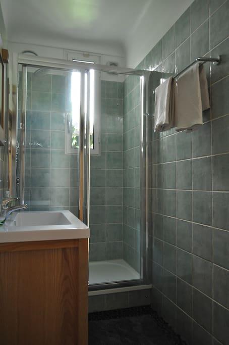 Salle de bains privée entre les 2 chambres, avec douche à l'italienne