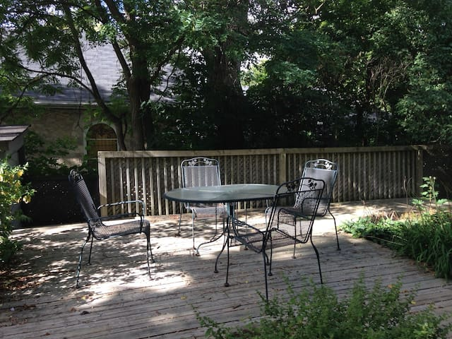 Private apartment with tree shaded garden - Guelph - Lägenhet