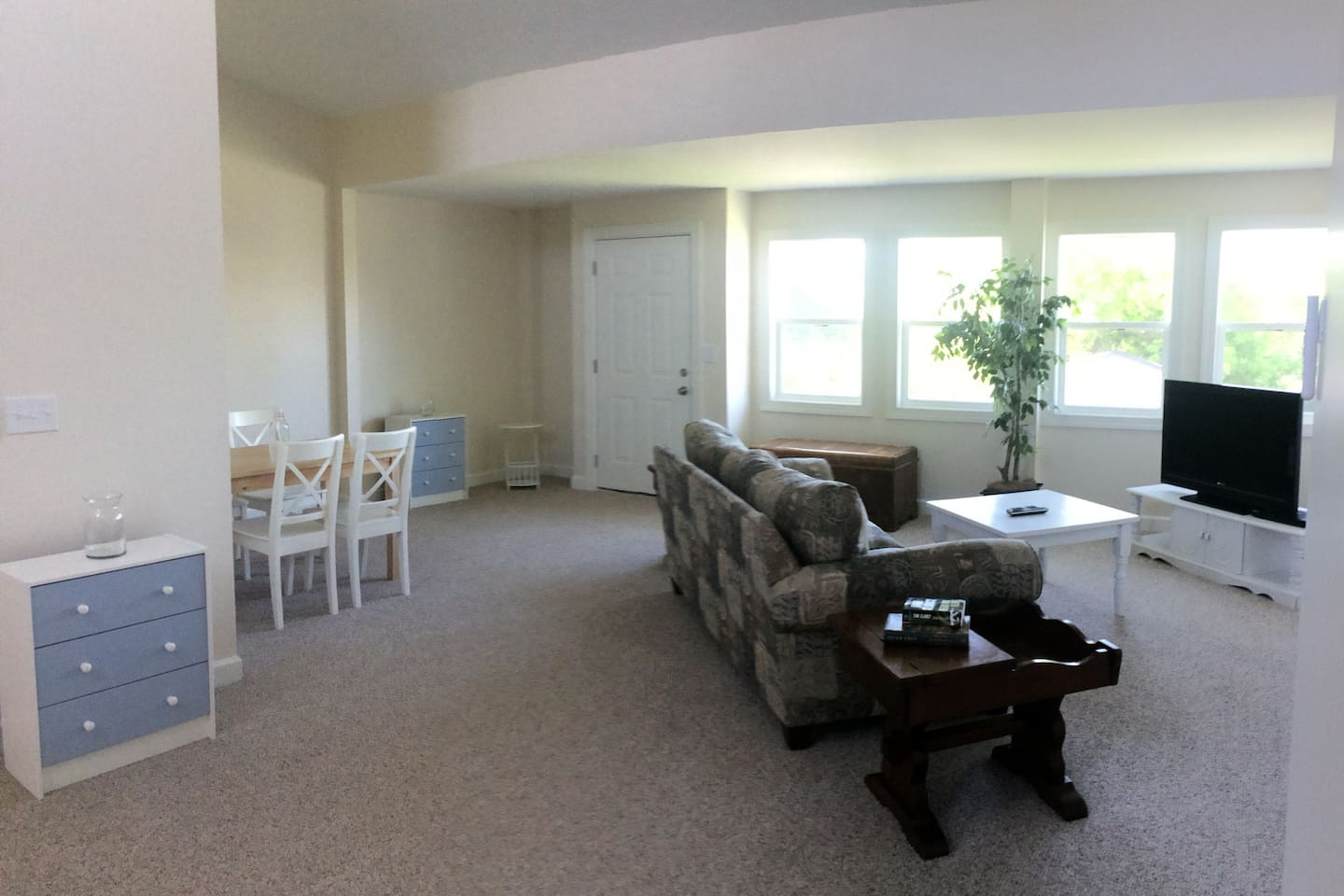 Private living room space w/ Couch, TV, Wifi, Dining area and private entrance