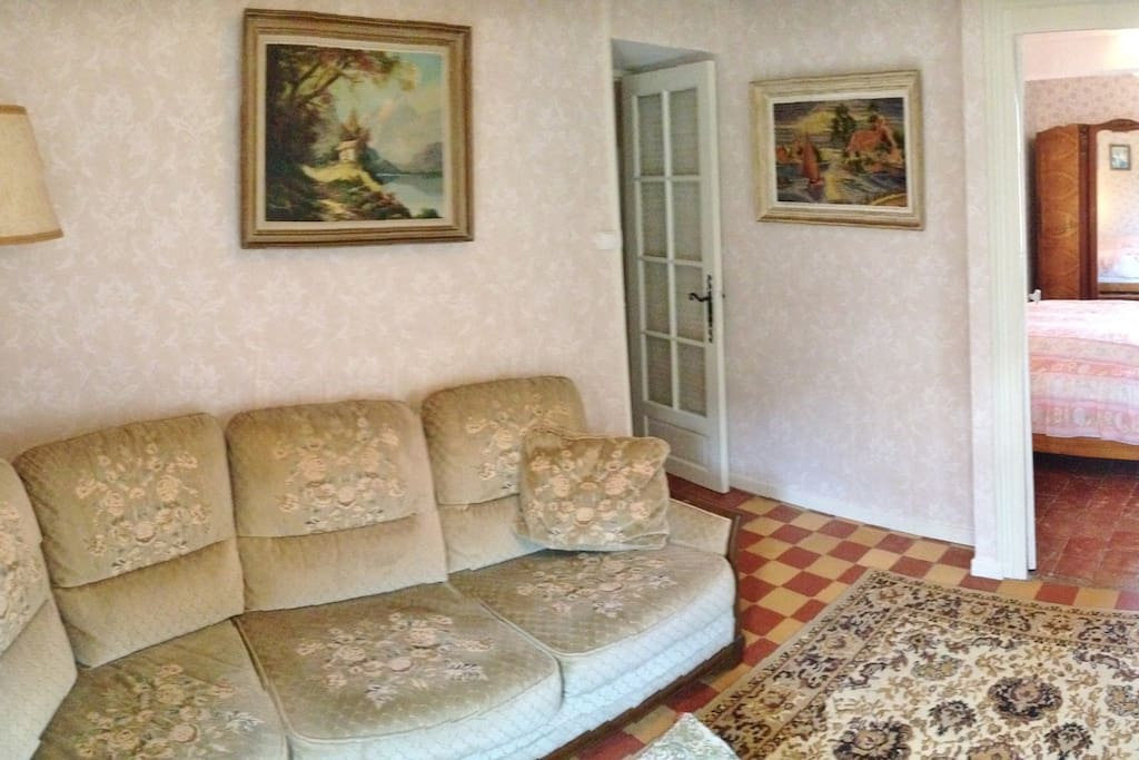 Sitting room (with TV and DVD player)