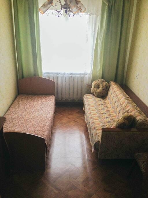 Комната 1 (10 кв.м)- 1 кровать,1 1,5 спальный диван,шкаф,комод