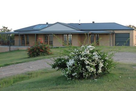 Camp Road Estate - Greta - Rumah
