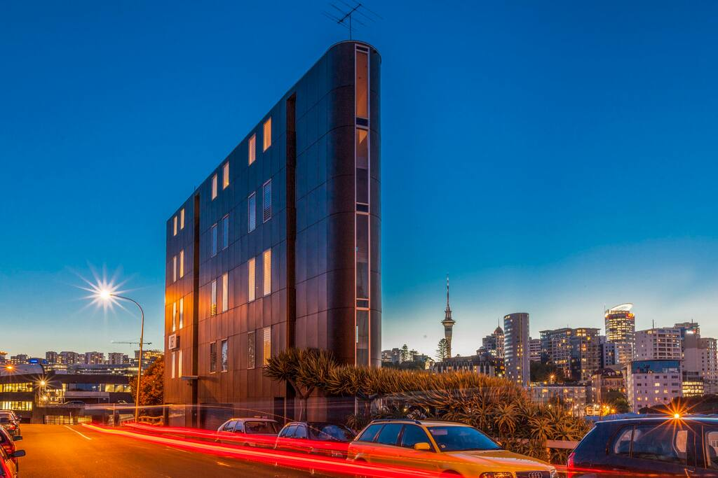 House overlooks the City