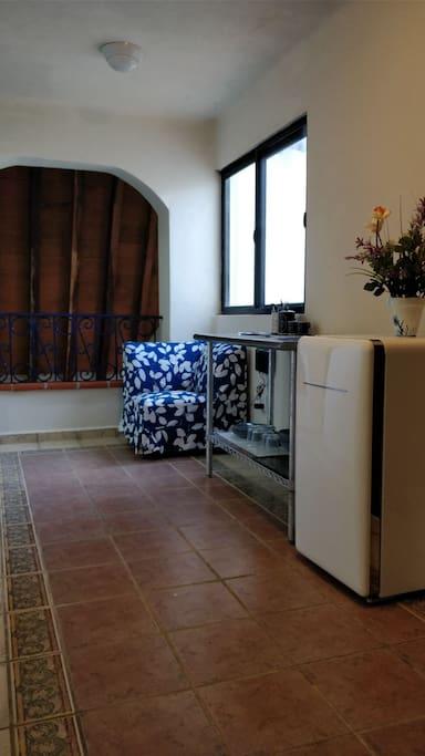 servicio de café, microondas y refrigerador junto a la habitación