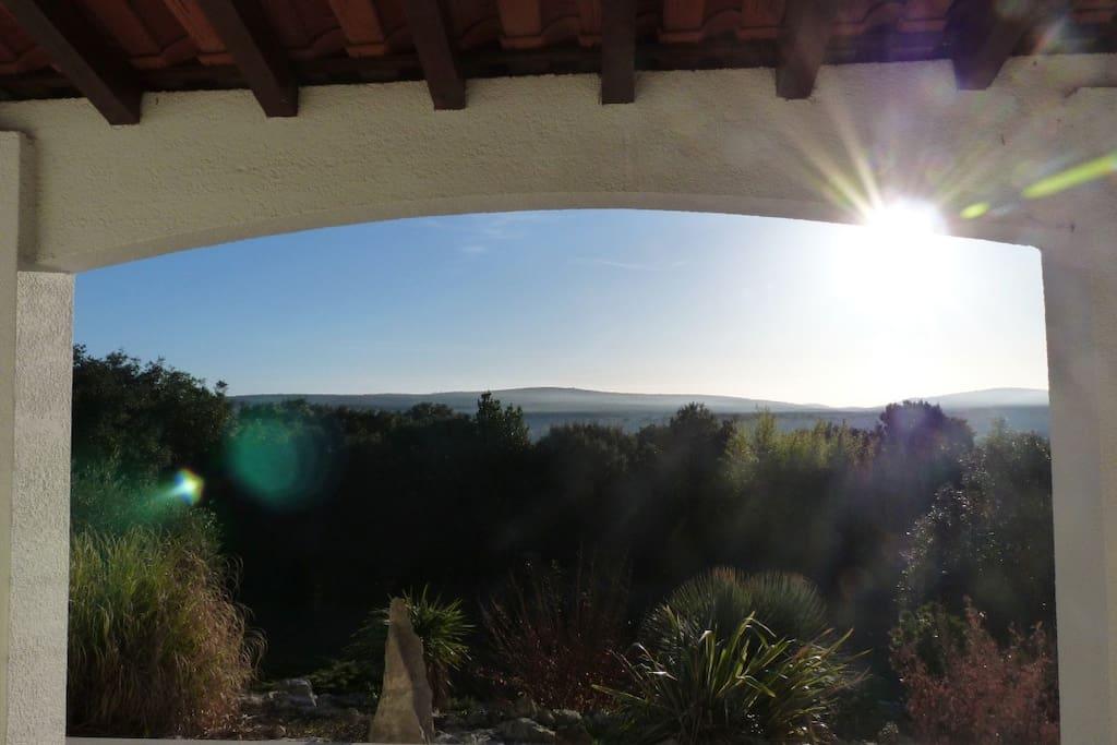Vue de la terrasse derrière la maison
