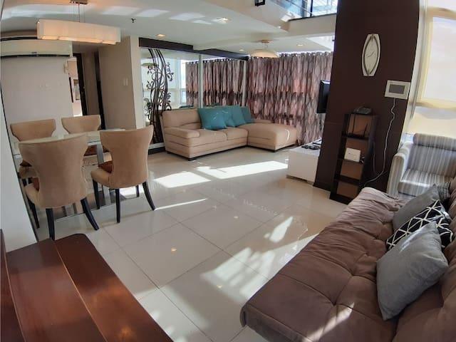 Corner Elegant 1 Bedroom Loft with Tub