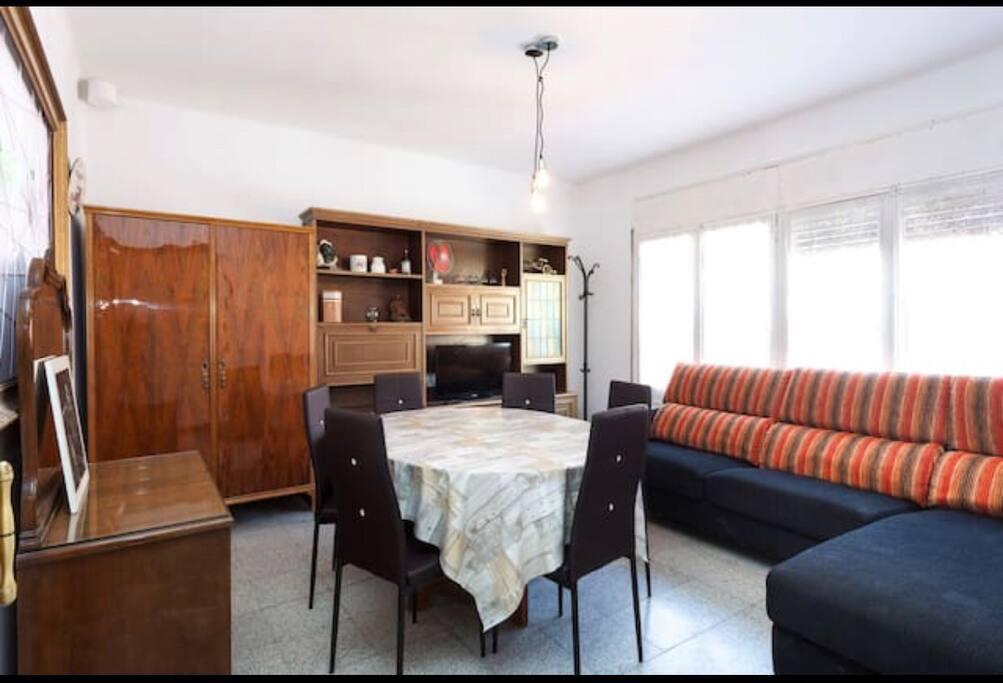 Amplio salon comedor, con sofa y todo exterior, muy iluminado