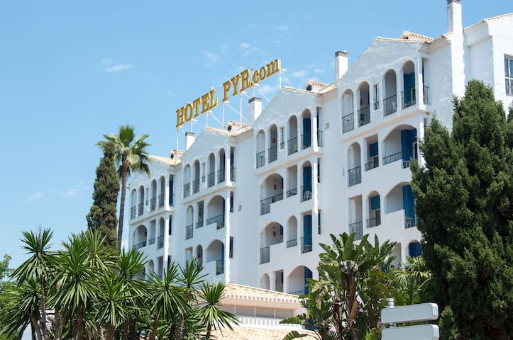 Studio PYR Puerto Banús Month Offer B&B!