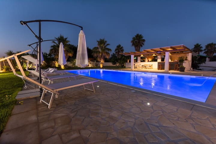 Villa El Capitano with Luxurious Pool, Terrace, Wi-Fi & Air Conditioning; Pets Allowed, Parking Available