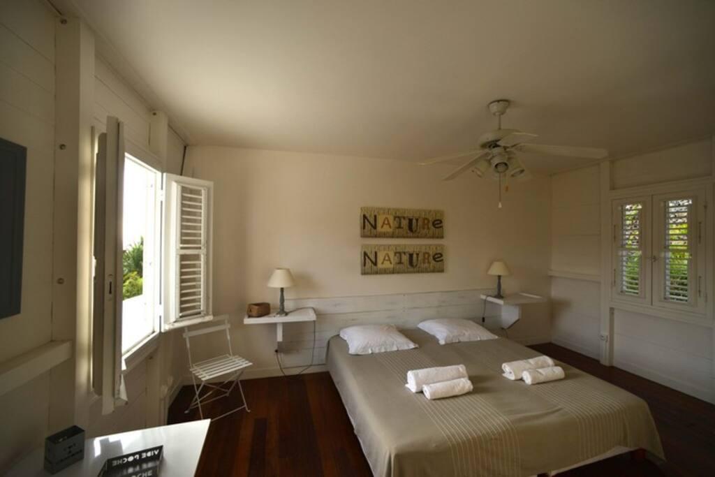 Chambre 1 du haut que nous avons décorer avec un esprit zen, elle fait 14 m2 avec un placard et la climatisation
