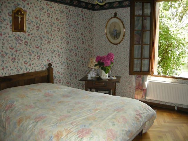 La chambre située au rez de chaussée (lit 2 personnes)