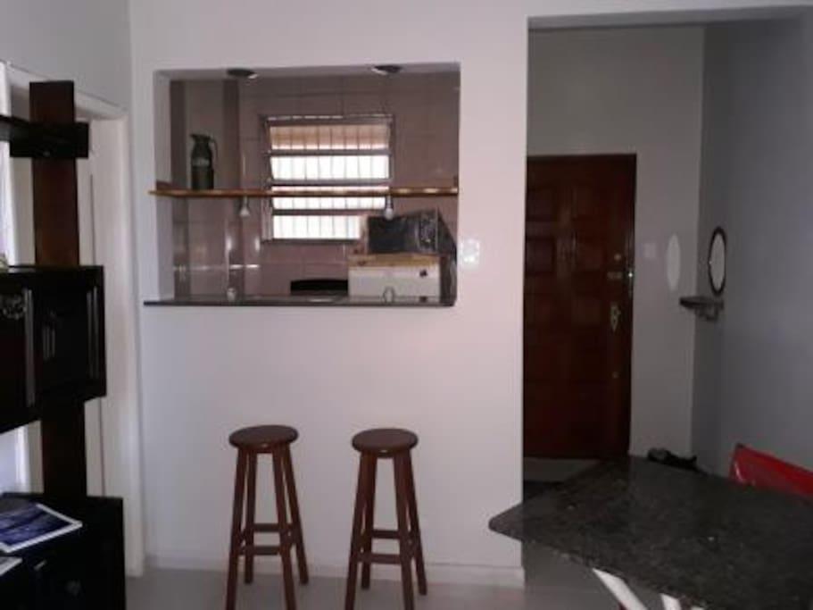 Sala, ao fundo cozinha e porta de entrada