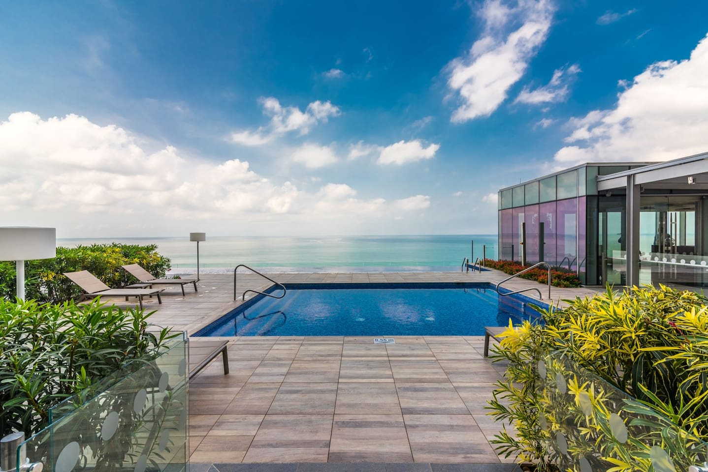 H2, the most exclusive condominium that can be found in Cartagena de Indias, has a spectacular infinity pool, jacuzzi, gym area, SPA, sauna, Turkish, barbecue area, gazebo, near the center of Cartagena and a few steps from the Beach