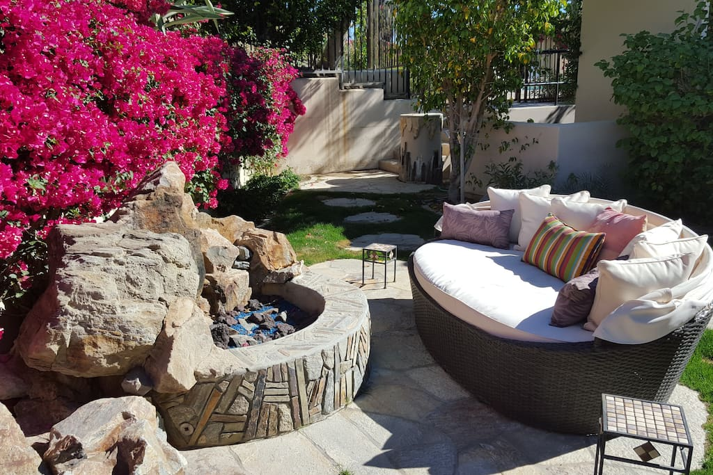 Private backyard, with fire pit & lounge areas!!