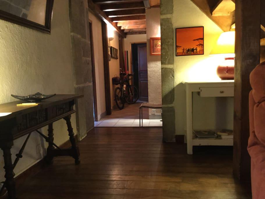 vue de l'entrée.... (nous avons deux salons dont l'un en mezzanine)