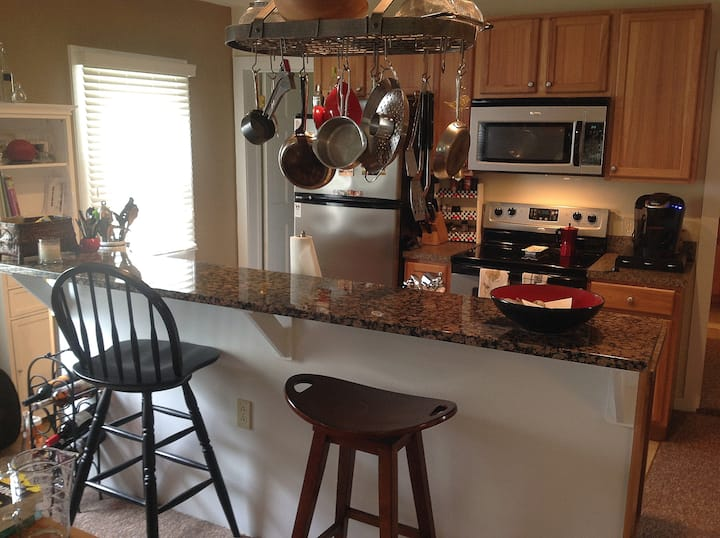 2br/2ba Sunny Contemporary Cottage. Walkable!