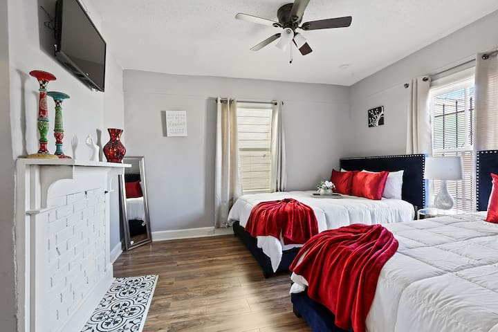 GREAT FOR LARGE GROUPS 4BR  APARTMENT! *NOLA*