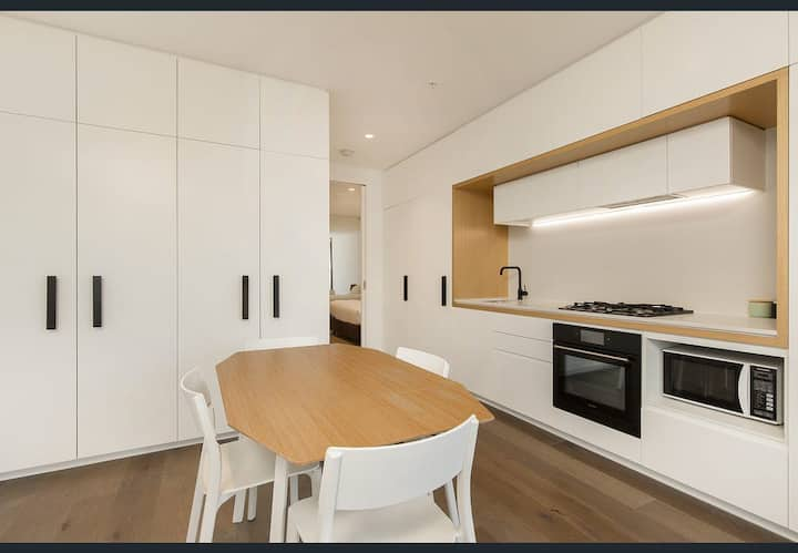 A Gem in Docklands,  Pool+Gym+Aircon+washer/Dryer