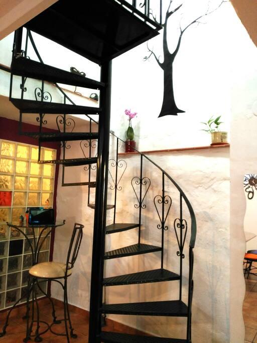 Escalera de caracol que lleva al  segundo baño y primera habitación matrimonio