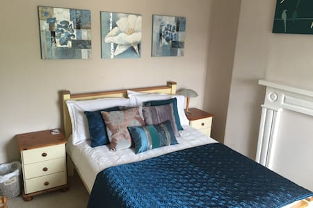 Private double room in Antrim town - Antrim - Casa