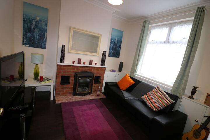 Tennyson House Luton-3 Bed/ 2 Reception (8 People)