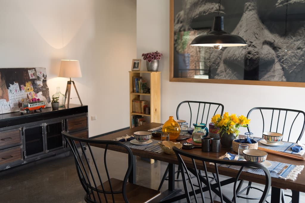 The table area is the heart of the house. It can be turned into a meeting room or a dinner party.