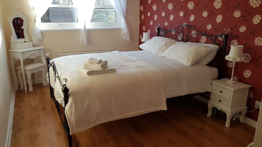 *Chic & Private* Bedroom in WGC near London Trains