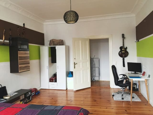 A spacious Room with High ceiling - Berlin - Apartament