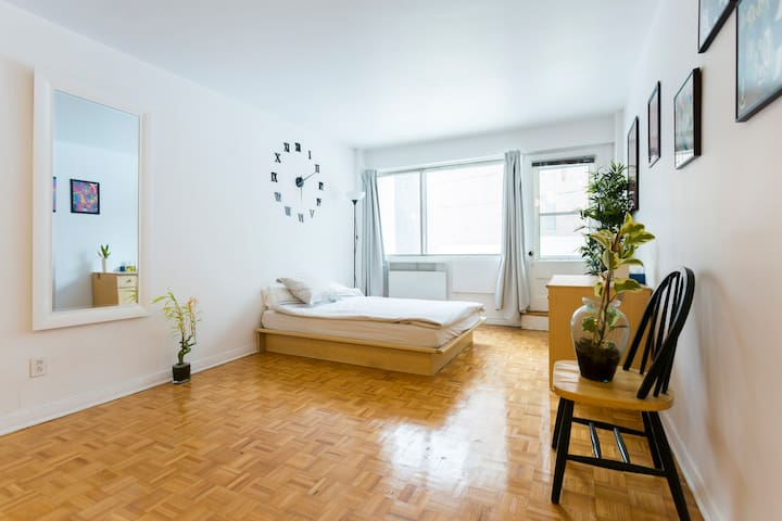 NEW Condo Heart of Downtown Montreal - มอนทรีออล
