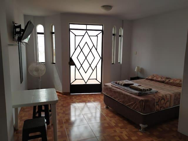 habitación cama grande baño privado,balcón vista a