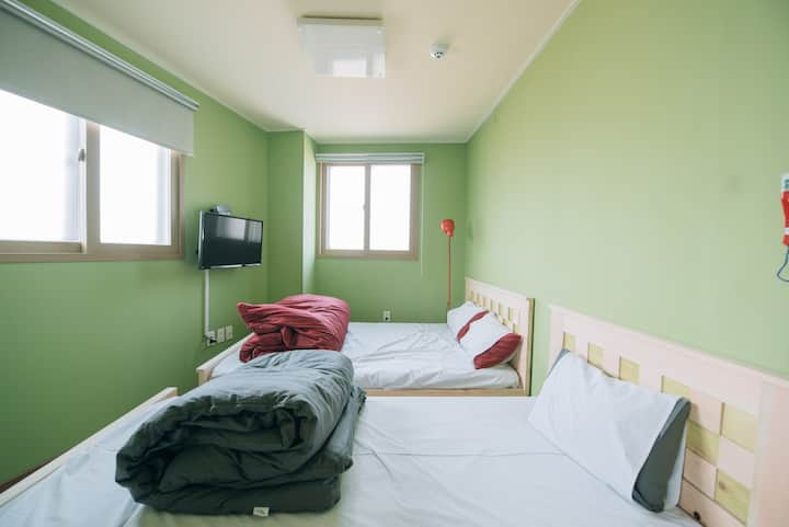 Midtown Hostel Private Room 502