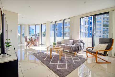 3br Superb Apt in centre Parramatta - Free Parking
